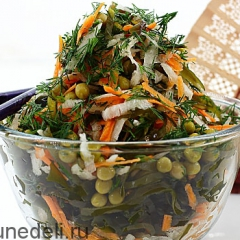 Салат из дайкона и морской капусты подача