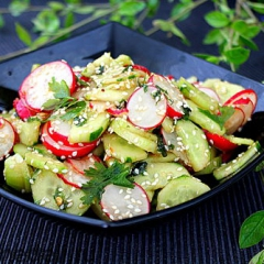 Салат с редисом, огурцом и кунжутом