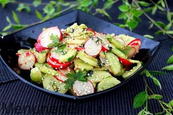 Салат с редисом, огурцом и кунжутом подача