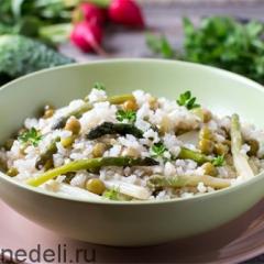 Бурый рис со спаржей и зеленым горошком