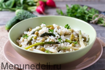 Бурый рис со спаржей и зеленым горошком подача