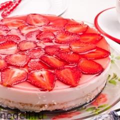 Клубнично-йогуртовый торт подача