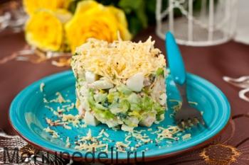Салат с копченой курицей подача