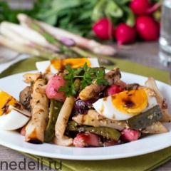 Теплый салат из спаржи с овощами и яйцом