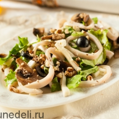 Салат из кальмаров с грибами и моцареллой