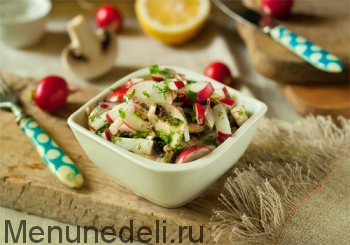 Салат из редиса с шампиньонами подача