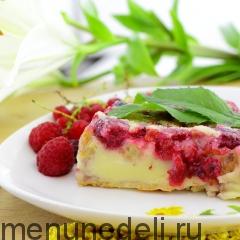 Кусочек клафути с ягодами подача