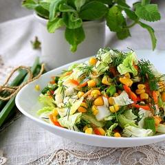 Легкий салат с пекинской капустой и кукурузой подача