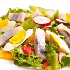 Летний салат с сельдью