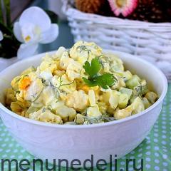 Салат из цветной капусты, яиц и огурца подача
