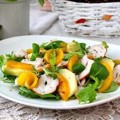 Салат с копченой курицей и персиками