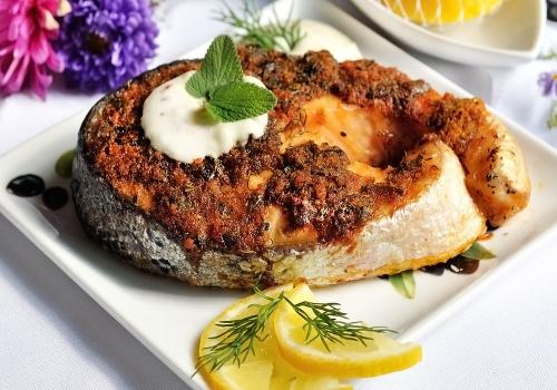 Запеченный лосось с хлебной корочкой подача