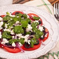 Томатный салат с зеленым соусом подача