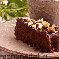 Кусочек кабачково-шоколадного пирога подача