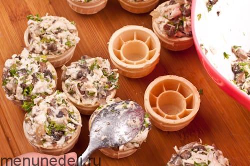 Нафаршировать вафельные корзиночки начинкой из грибов и курицы