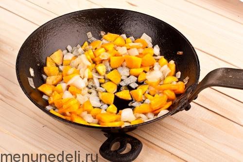 Обжаренные лук и морковка для заправки супа кулеш