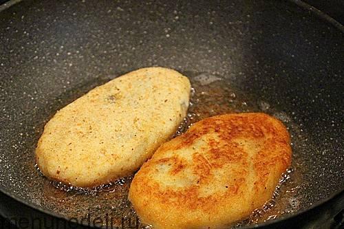 Процесс обжаривания картофельных зраз с грибами на сковороде
