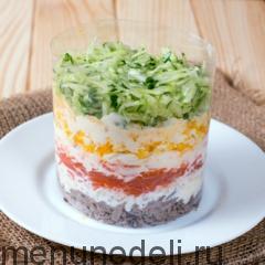 Все слои салата в формовочном кольце - слоеный салат с языком