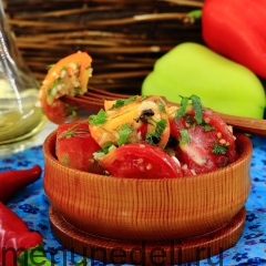 Пряный салат с помидорами подача