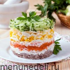 Слоеный салат с языком подача на тарелке