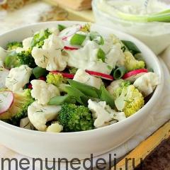 Салат из цветной капусты и брокколи подача