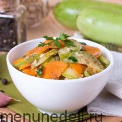 Кабачки, тушенные с морковью на сковороде