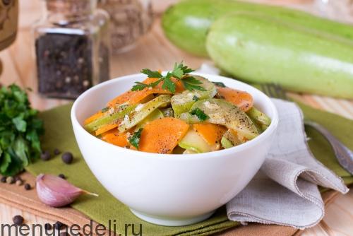 Кабачки, тушенные с морковью, подача