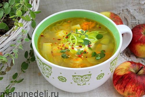 Картофельный суп с яблоком и пореем - подача в супнице
