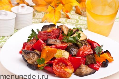 Овощи, запеченные в духовке подача на белой тарелке