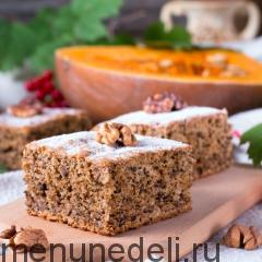 Кусочек пирога с тыквой на доске