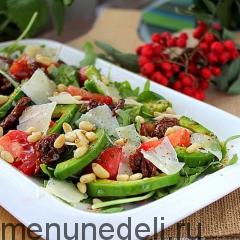 Салат с авокадо и вялеными томатами - подача на белой тарелке