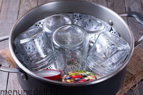 Процесс стерилизации банок для яблочного пюре на зиму для детей