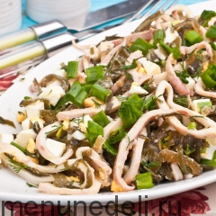 Салат с кальмарами и морской капустой подача