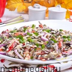 Салат с морской капустой и болгарским перцем - подача на блюде