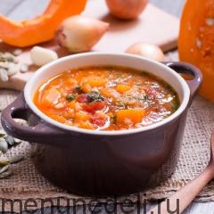Порция супа с тыквой и чечевицей - подача