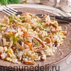 Рис с кальмаром и яйцом подача