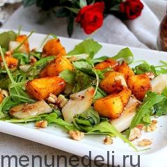 Салат с тыквой и грушей на белой тарелке подача