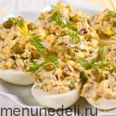 Яйца, фаршированные кальмарами подача