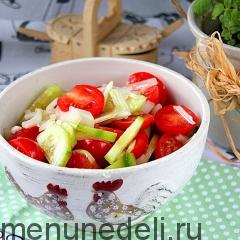 Салат из помидоров и огурцов с репчатым луком и растительным маслом как в детском саду