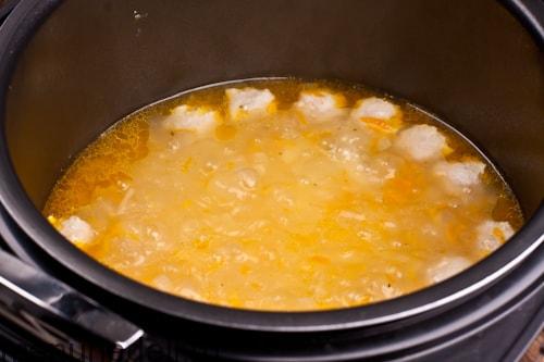 Кипящий суп с фрикадельками и вермишелью в мультиварке