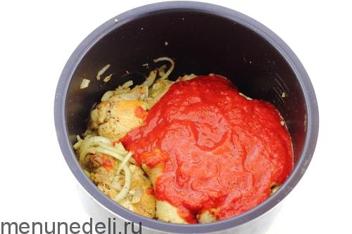 Добавить протертые помидоры - курица чахохбили в мультиварке