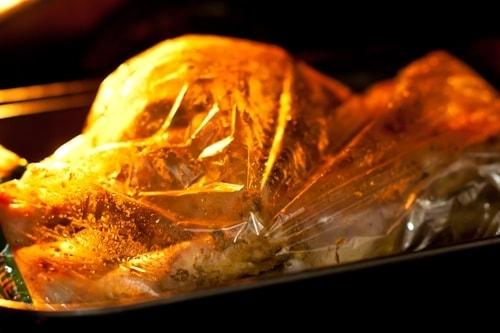Индейка в соевом соусе, запеченная в рукаве - процесс запекания в духовке