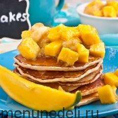 Тропические панкейки с манго и бананами