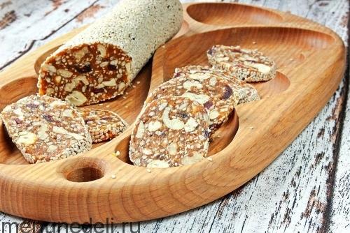 Сыроедческие батончики их сухофруктов с орехами и семенами подача