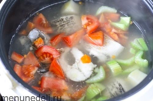 Добавить помидор и сельдерей в суп - уха из щуки в мультиварке