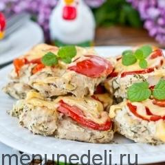 Стейк из грудки индейки в духовке с помидором под сыром