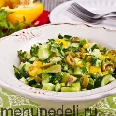 Зеленый салат из огурцов, перца и оливок