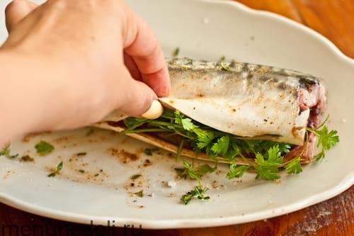 Наполнить брюшко рыбы травами - скумбрия с баклажанами на мангале