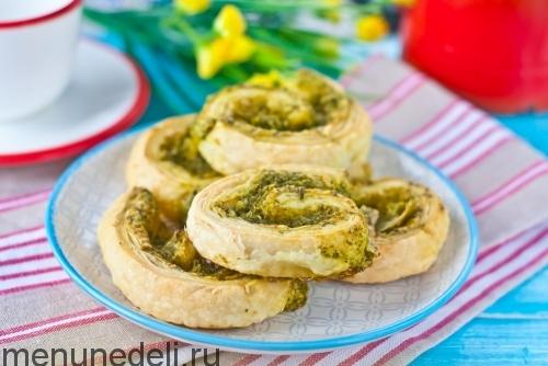 Слоеное печенье с сыром и шпинатом подача