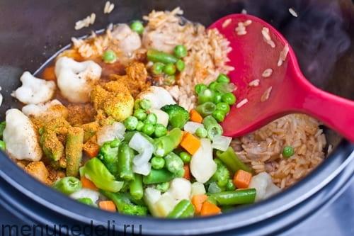 Добавить овощи и специи - курино-овощной пилаф в мультиварке